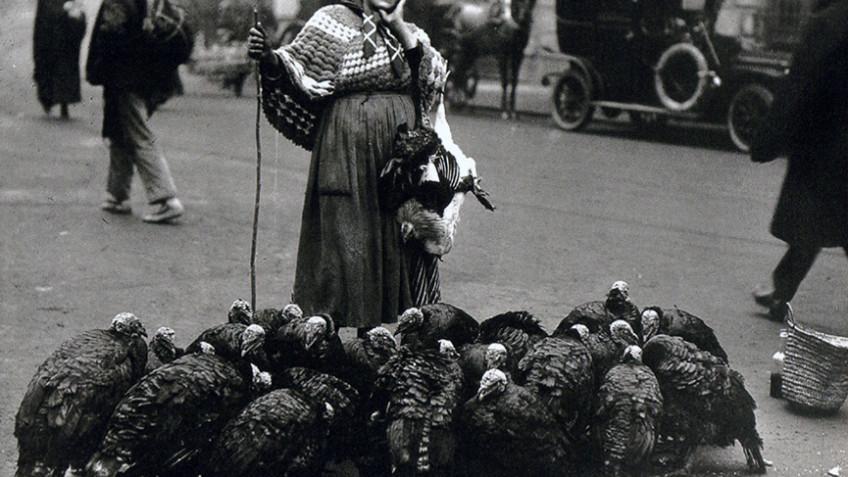 1925_Plaza_Santa_Cruz_vendedora_pavos
