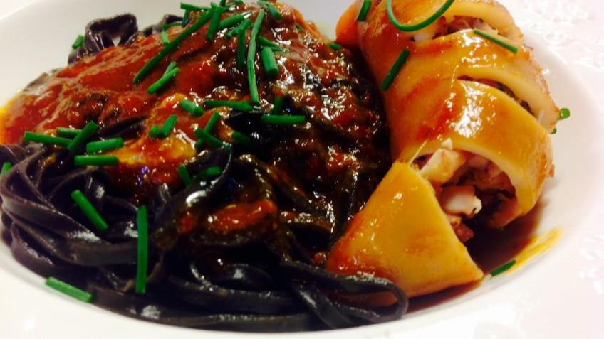 Chipirones rellenos de polo y espinacas con espaguettis nero di sepia