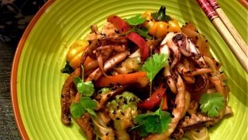 noodles e arroz calamar verdura salsa agridulce