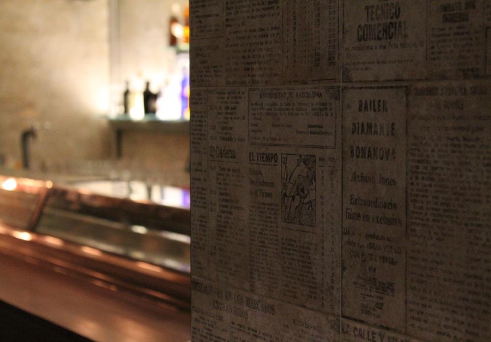 El-Bar-Decoracio-n con perio-dicos de los an -os 70-1
