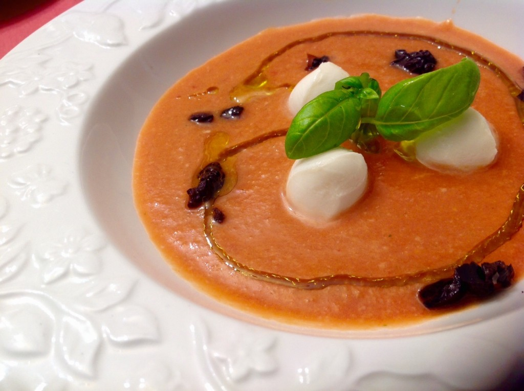 Gazpacho con perlas de mozzarella y albahaca