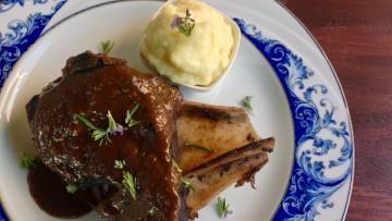Paletilla cabra hispánica salsa de vino y esencia de frutas del bosque
