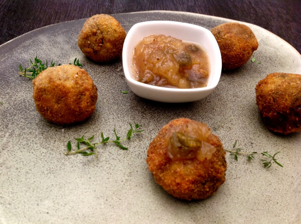 bocados de puré de patatas con morcilla y salsa de manzanba con pistachos de can bech. aguadé plato