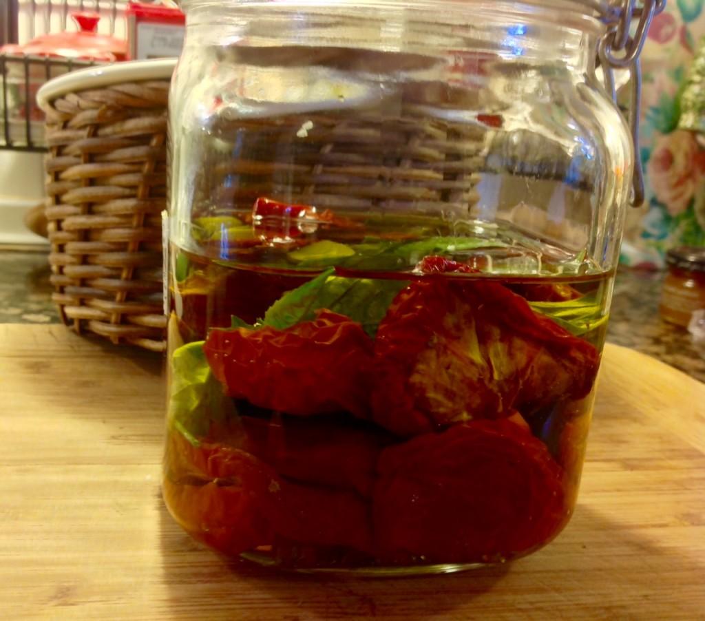 tomates rehodratados con albahaca