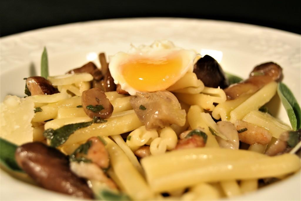 pasta con bacon setas parmesano salvia y huevo poché de codorniz