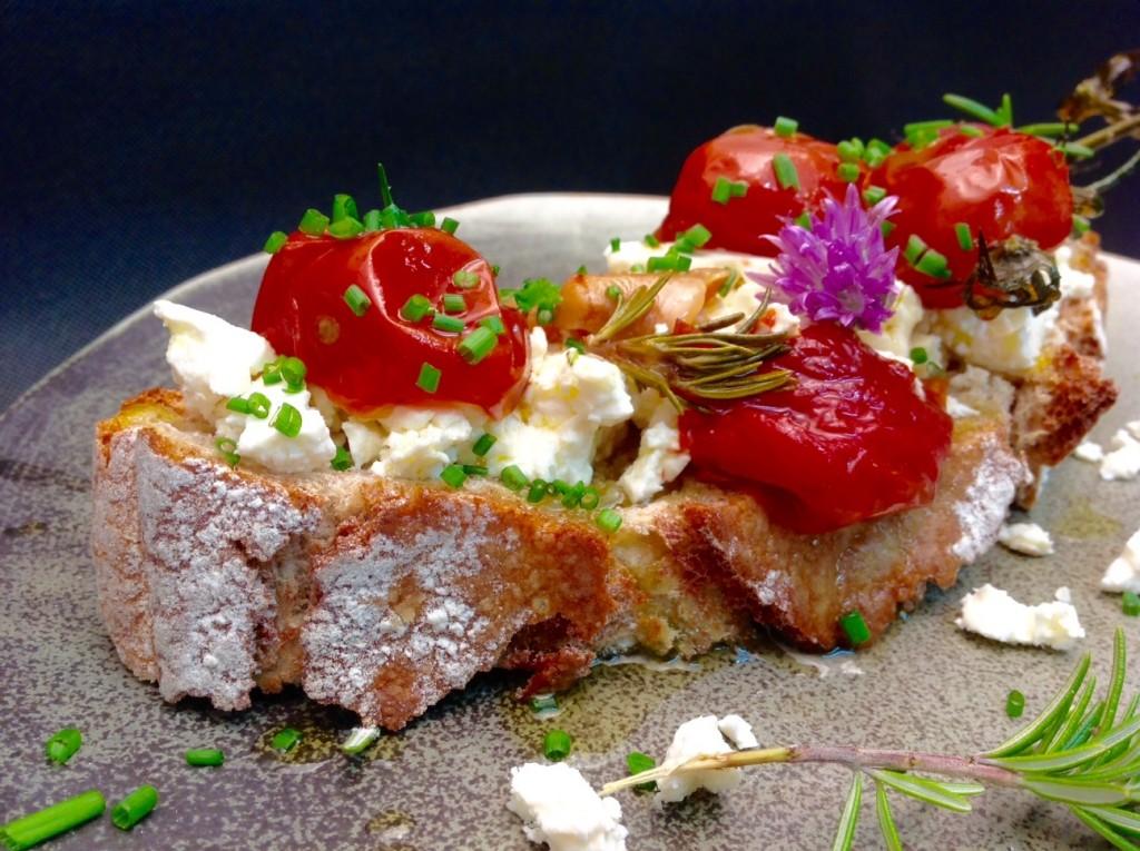 tartine de cherrys confitados con ajos y hierbas más feta2