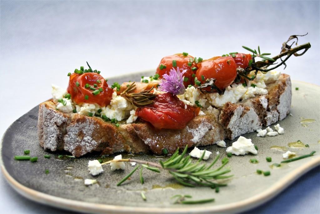 tartine feta cherrys confitados ajos finas hierbas