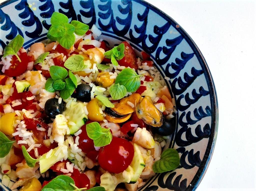 ensa de arroz largo, marisco, verduras, hierbas, aceitunas negras
