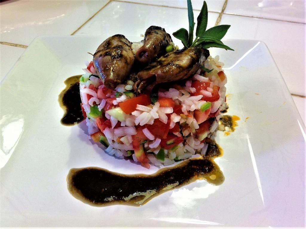 ensalada de arroz y hortalizas con salvia y chipirones en su tinta