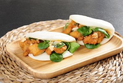 Bun bao de pollo con mayonesa sp icy, cacahuetes y canónigos, Go!  Sushing