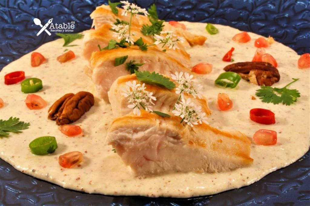 Pollo en salsa nogada retocada con logo