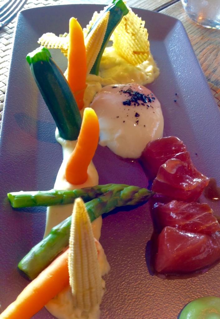 Barítimo huevo a baja temperatura, verduras en texturas y atún rojo