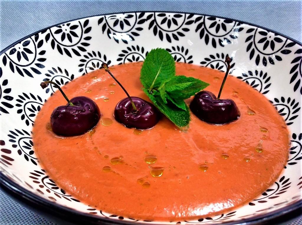 sopa de pan con tomate y cerezas