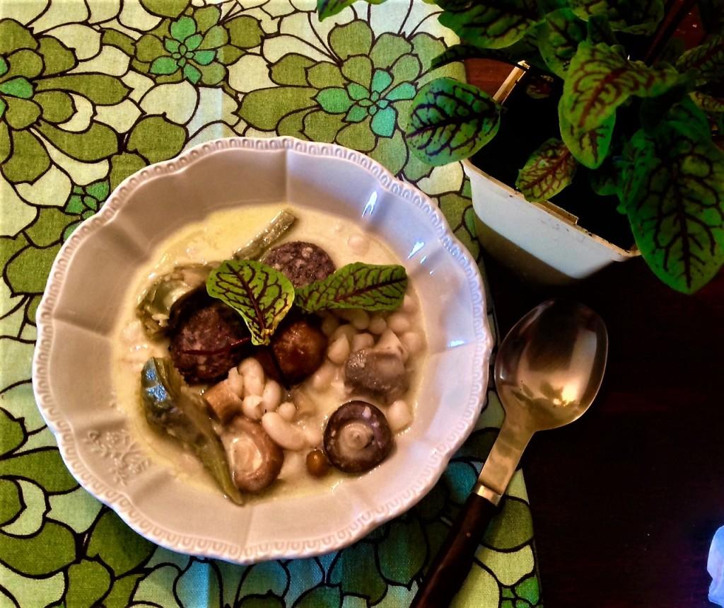 cazuela de judias setas alcachofas butifarra negra y acedera con picada de pan frito, huevo y ajo confitado.