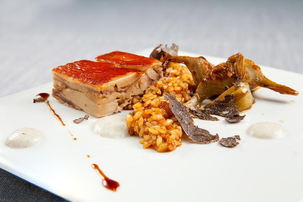 LOIDI - Cochinillo crujiente con su arroz meloso de trufa, alcachofas guisadas y espuma trufada
