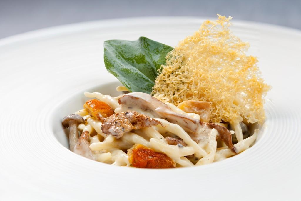"""LOIDI - Pasta troffie en salsa de trufa con rebozuelos y """"ou de reig"""", parmesano y hoja de ostra"""