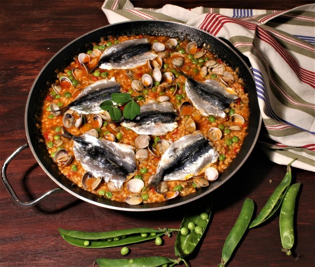 arroz con sardinas a la mesa