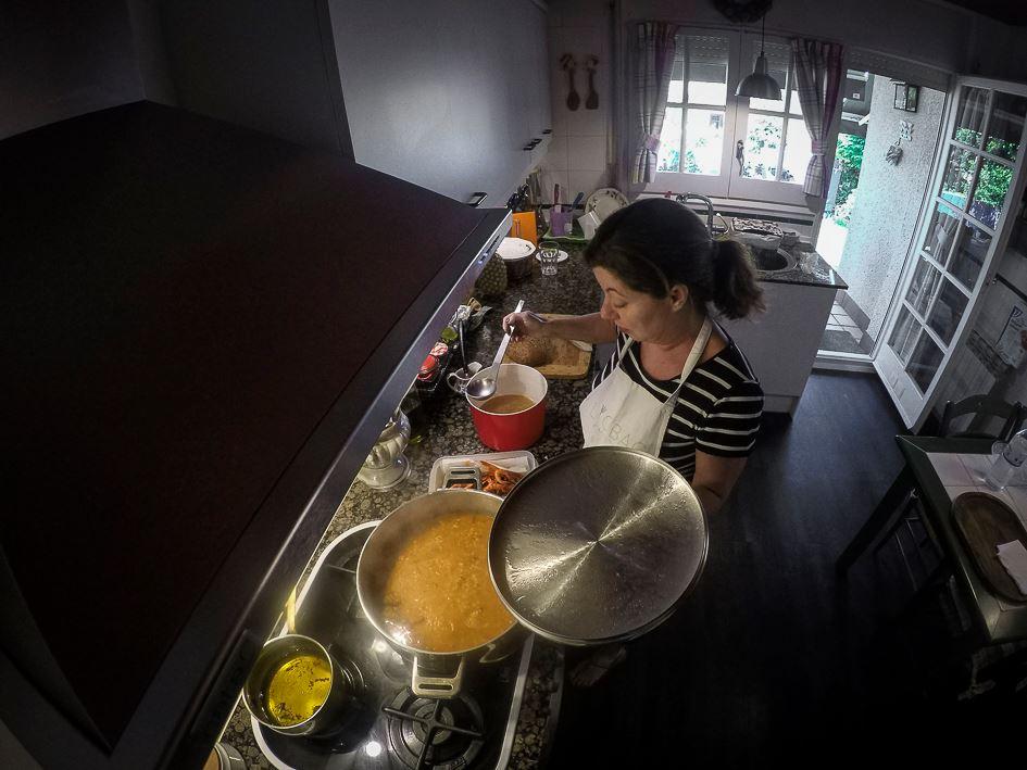 Inés haciendo arroz melosos de sepia y costilla con gamba roja