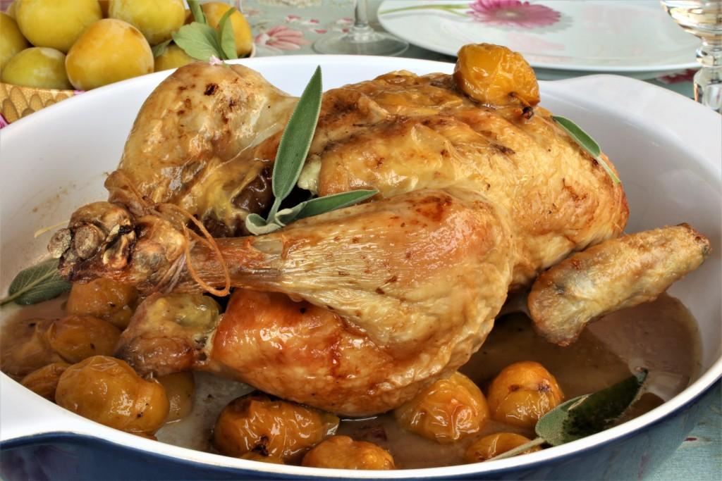 pollo con ciruelas primer plano