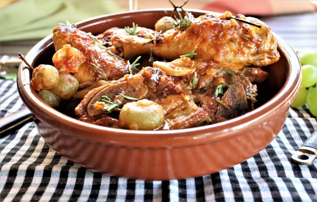 rustido de pollo y churrasco con uvas anis y romero y orégano y vermut