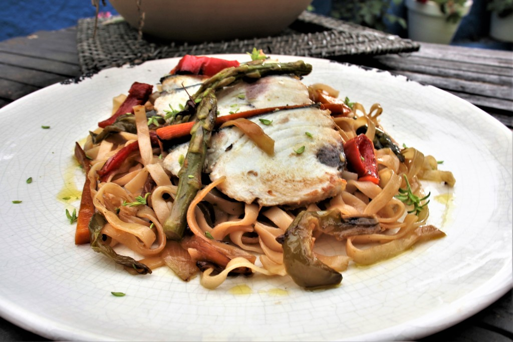 noodles de arroz con bonito marinado en lima kefir y verduras