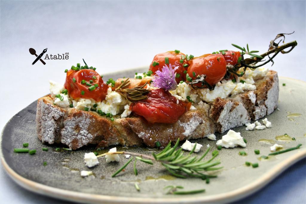 tartine feta cherrys confitados ajos finas hierbas - copia