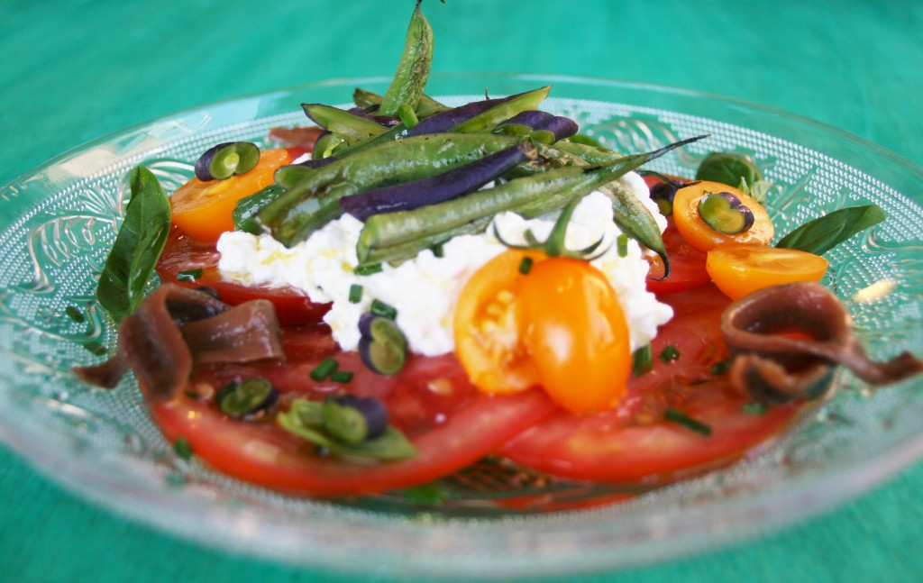 Ensalada de judías, tomates, queso cottage y anchoas