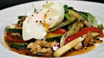verdura salteada con pach shoy y huevo mollet